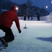 Eisstockschießen bei Flutlicht im Winterurlaub